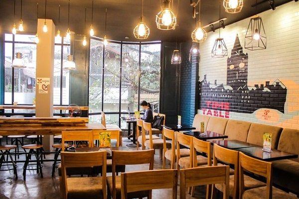 Những loại đèn trang trí tạo nên không gian hút khách cho quán cà phê.